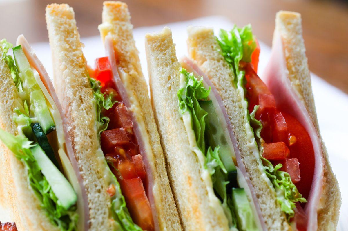 Una de las actividades a realizar tienen que ver con preparar pedidos para llevar, preparar alimentos como sándwich, ensaladas y helados.