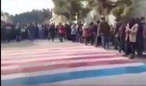 Estudiantes en Irán evitan pisar bandera de Estados Unidos durante manifestación