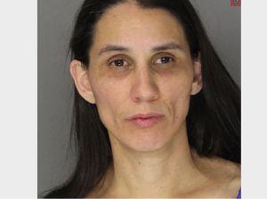 Madre enfrenta cargos por no alimentar a su hijo de 16 años, pesa 26 libras
