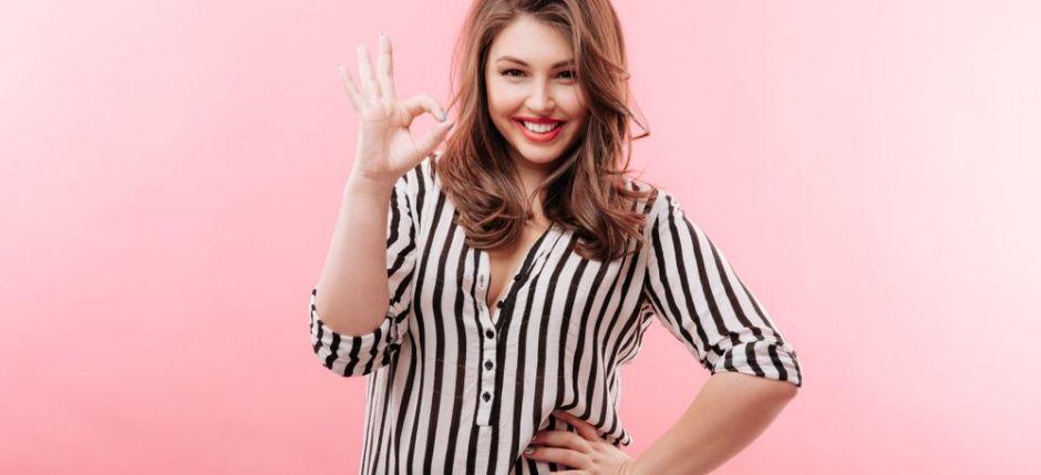 7 estilos de blusas elegantes para mujeres plus size que disimulan la barriga