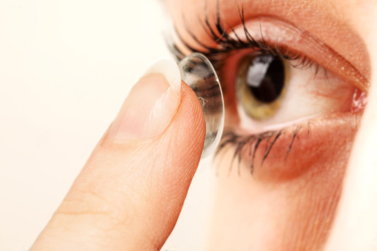 Estuvo a punto de perder la vista por dormir con lentes de contacto