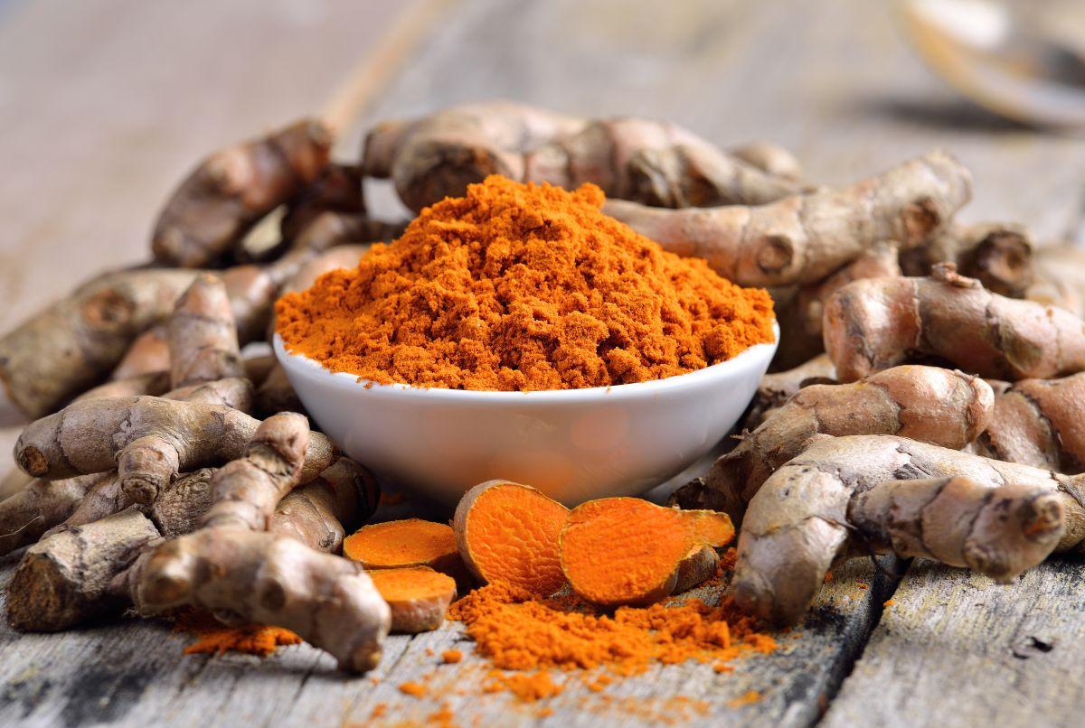 La cúrcuma es un potente antioxidante que combate a los radicales libres y los signos de envejecimiento prematuro.