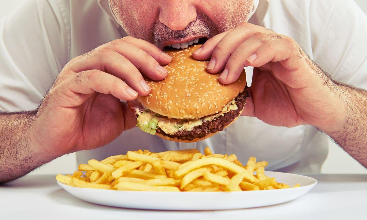 Evitar el consumo de alimentos procesados, sodio, carnes rojas y alcohol es indispensable para un corazón sano.