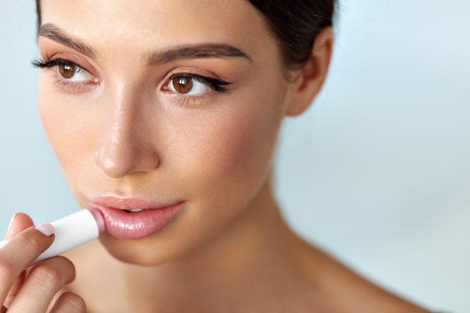 Elimina la resequedad de los labios con estos 3 bálsamos labiales con color