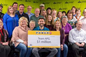 28 personas celebran alegremente el millón de dólares que ganaron en la lotería