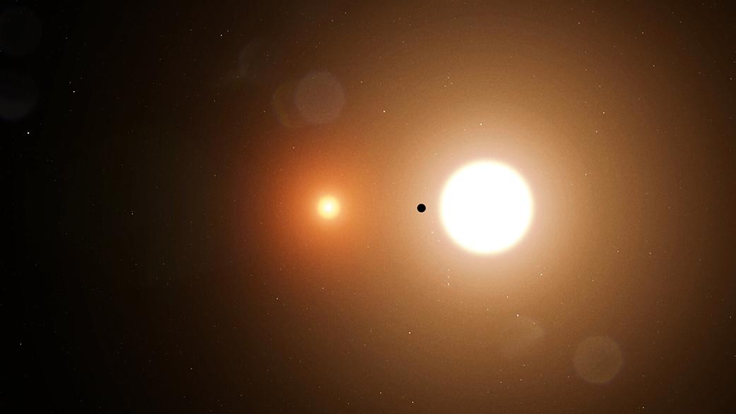 El Planeta TOI 1338 b se muestra en órbita alrededor de dos estrellas en una ilustración sin fecha publicada por el Centro de Vuelo Espacial Goddard de la NASA.