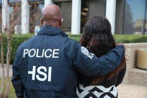 Critican campaña de ICE contra tráfico humano porque las políticas de Trump agravan el delito