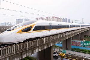 China lanza el primer tren bala en alcanzar las 217 millas por hora ¡sin conductor!