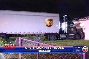 Un camión de UPS se estrella contra una casa en Miami
