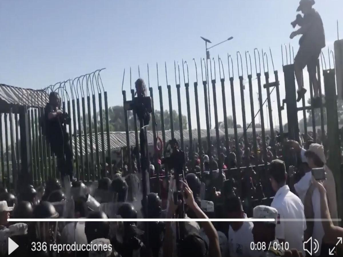 VIDEO: Marea de migrantes intenta cruzar a México; Guardia Nacional les rocía gas pimienta