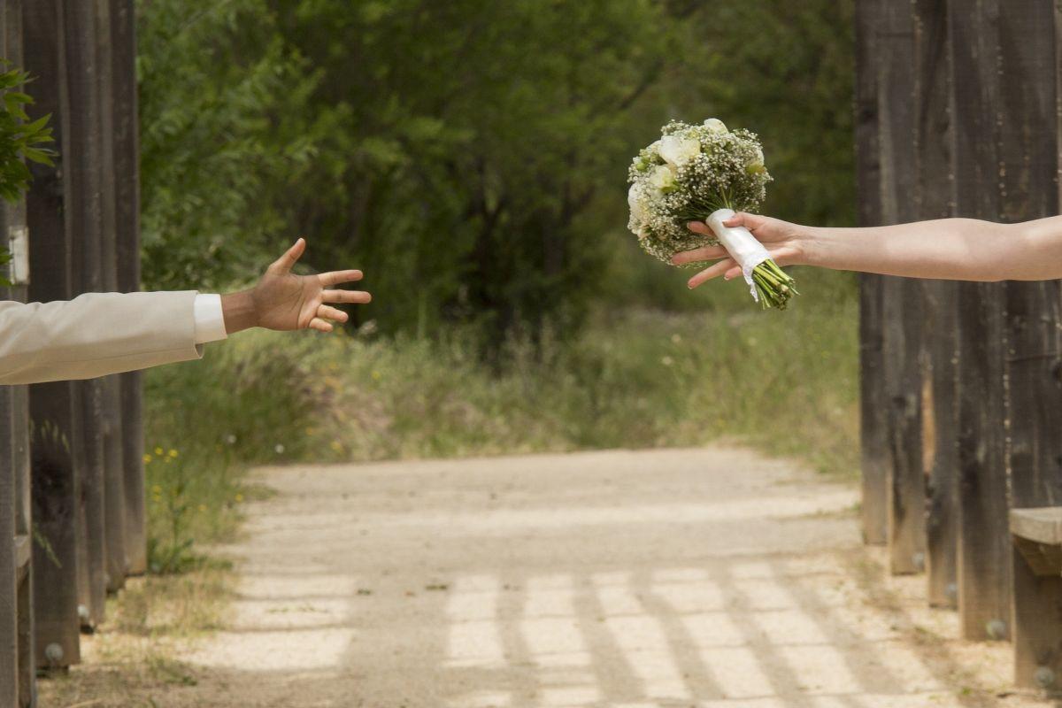 Novios cancelan boda porque sus padres se convirtieron en amantes y se fugan juntos
