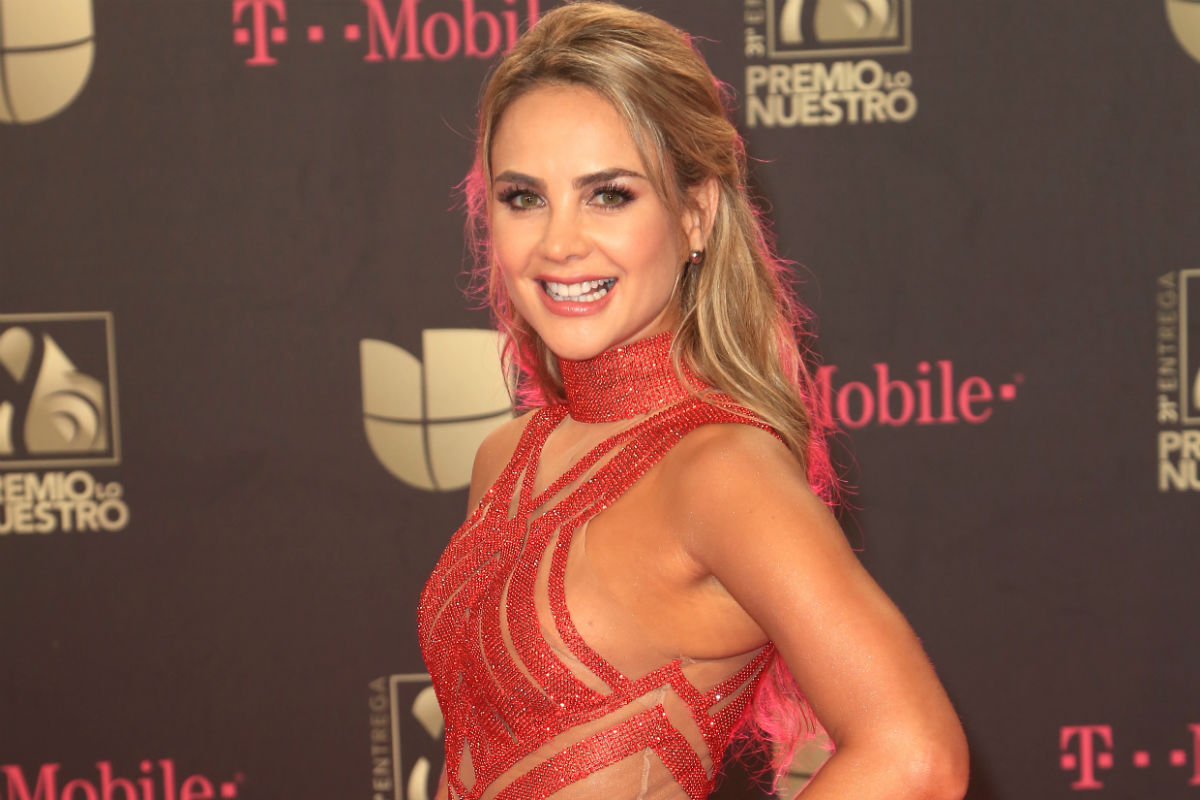 En traje de baño rojo, Ximena Córdoba posa sensualmente junto a la piscina