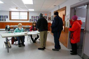 Millones votaron temprano en las primarias demócratas de 14 estados y algunos perdieron su voto