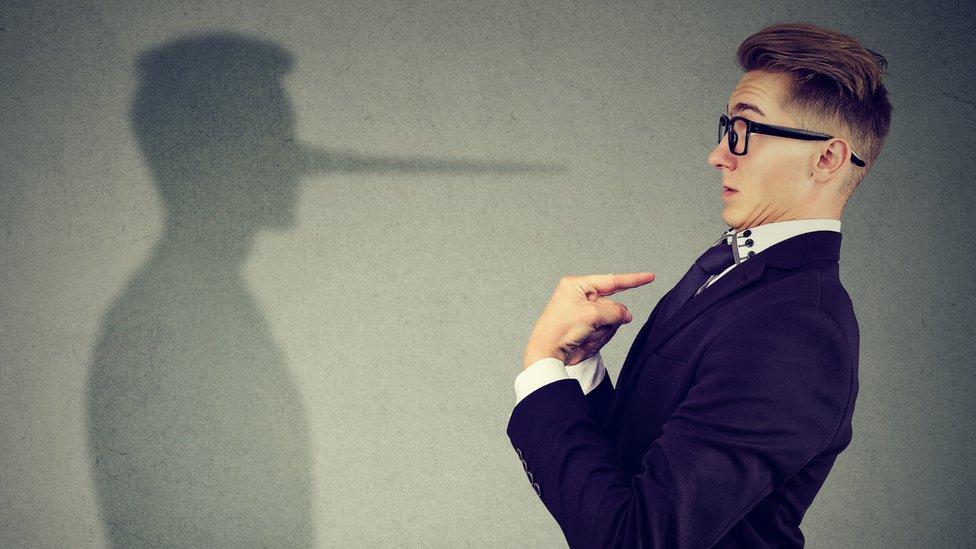 Las personas con el síndrome del impostor se sienten poco auténticas.