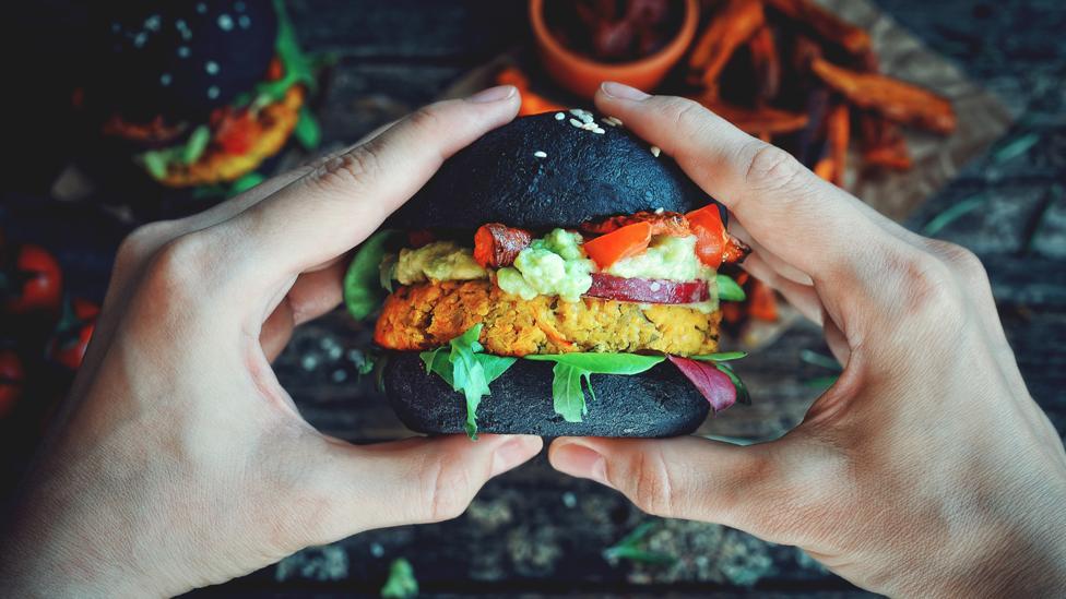 Las alternativas de comida rápida vegana a menudo son peores para la salud que su equivalente de origen animal.