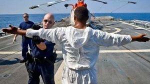 """Ecuatorianos entre los más detenidos por Guardia Costera de EEUU en """"prisiones flotantes"""" por traficar drogas"""