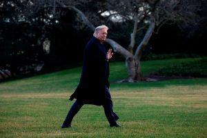 Trump se deshace de quienes testificaron contra él en 'impeachment', pese advertencias de republicanos