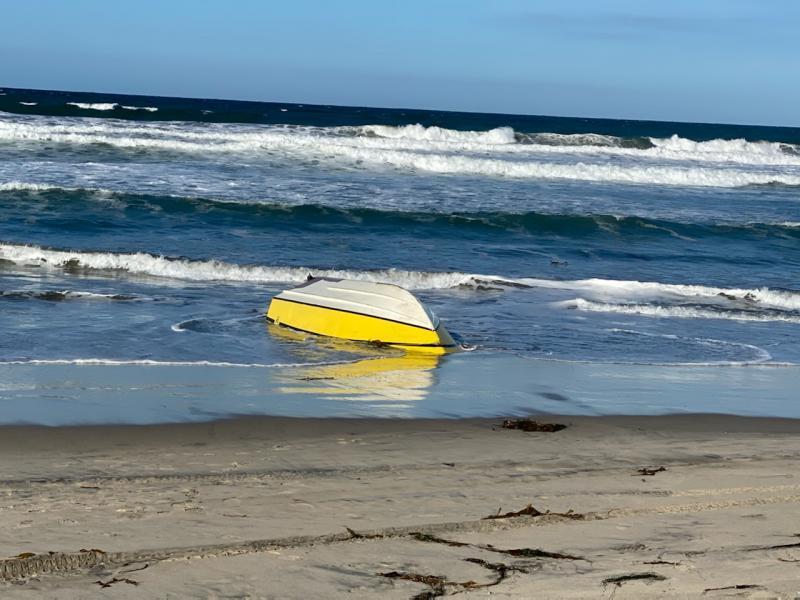Dos de los ocupantes de la lancha se lanzaron al mar para tratar de nadar hasta la orilla.