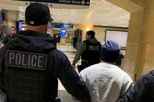 """Agentes de ICE montan aparatoso operativo en estación de metro para arrestar a un """"delincuente peligroso"""""""