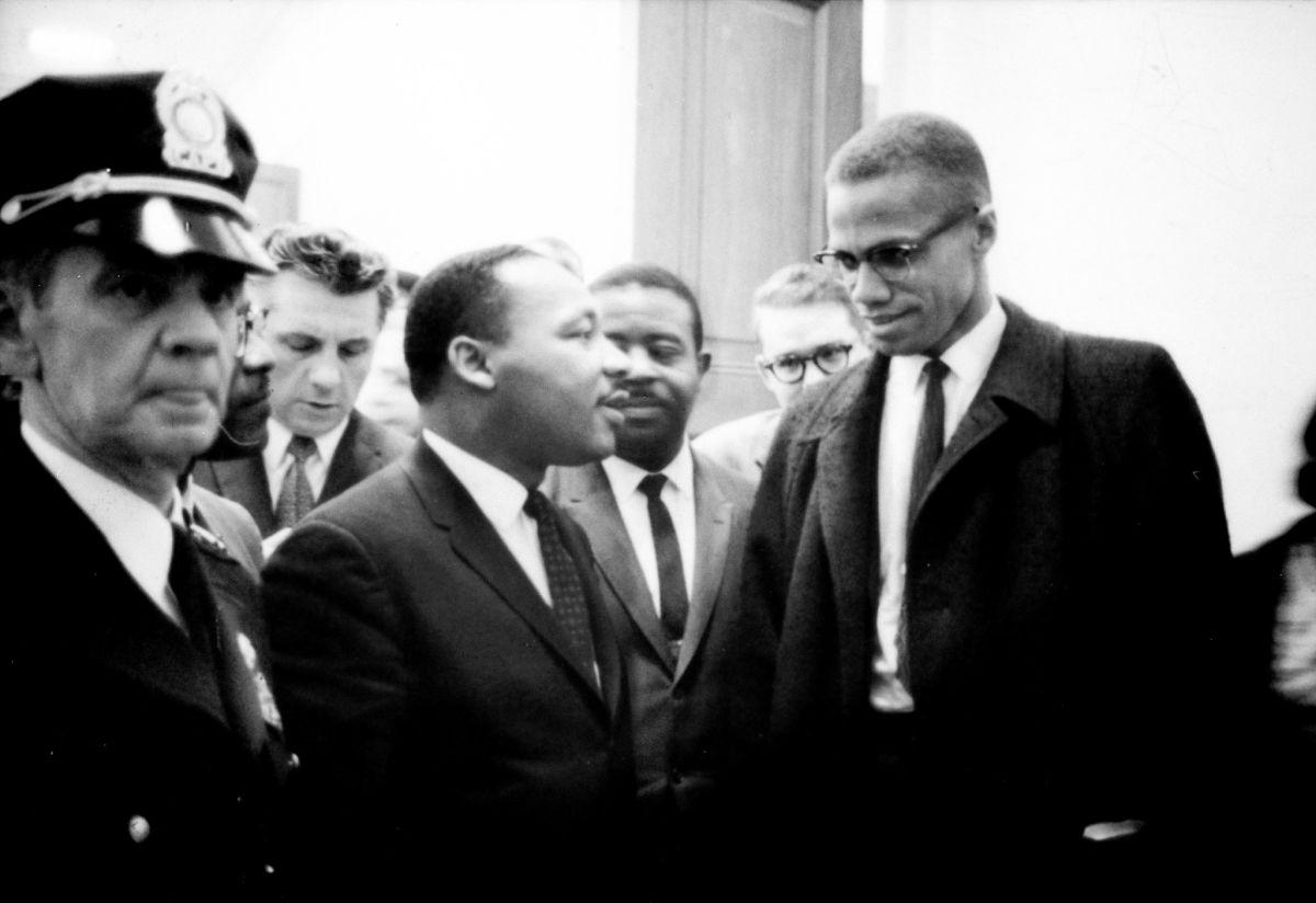 Martin Luther King y Malcolm X esperan para una conferencia de prensa el 26 de marzo de 1964.
