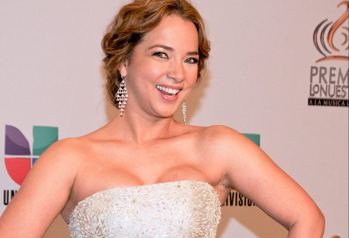Adamari López mostró atributos de arriba y de abajo con un escotado vestido blanco