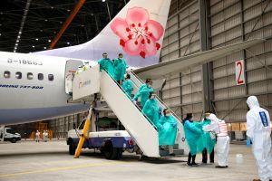 Viajan en avión envueltos en plástico para no contagiarse de coronavirus
