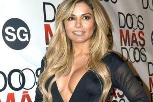 Con sexy look retro, Aleida Núñez expone sus curvas usando un leotardo negro