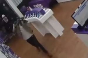 Video: Con un rifle AR-15 asaltan y golpean a empleados de una tienda de celulares en Houston