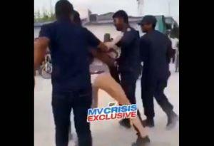 Turista es arrestada por cuatro policías en islas Maldivas por estar en bikini en la playa