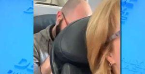 CEO de Delta Air Lines da su veredicto por video de pasajero de American Airlines golpeando asiento de enfrente