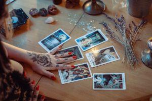 Los mejores mazos del tarot para quienes quieren aprender a leer las cartas