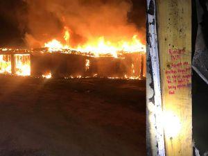 Versos bíblicos escritos en vigas de madera sobreviven incendio en una vivienda