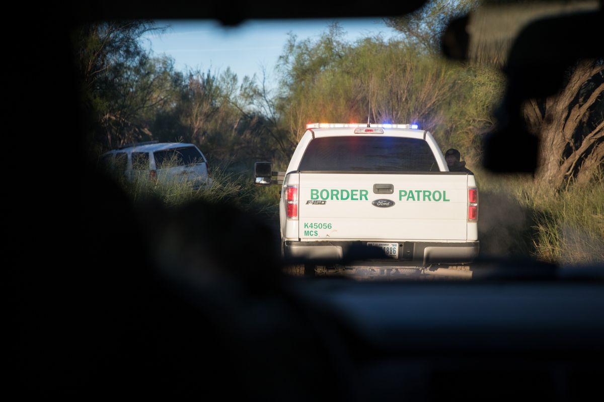 Un muerto en volcadura de vehículo que transportaba inmigrantes indocumentados