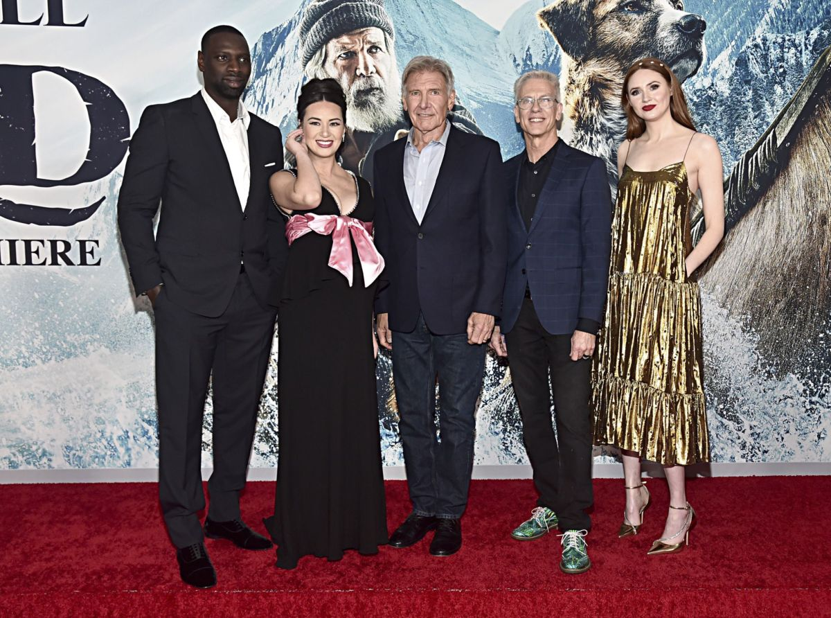 De izq. a dcha.: Omar Sy, Cara Gee, Harrison Ford, Chris Sanders y Karen Gillan.