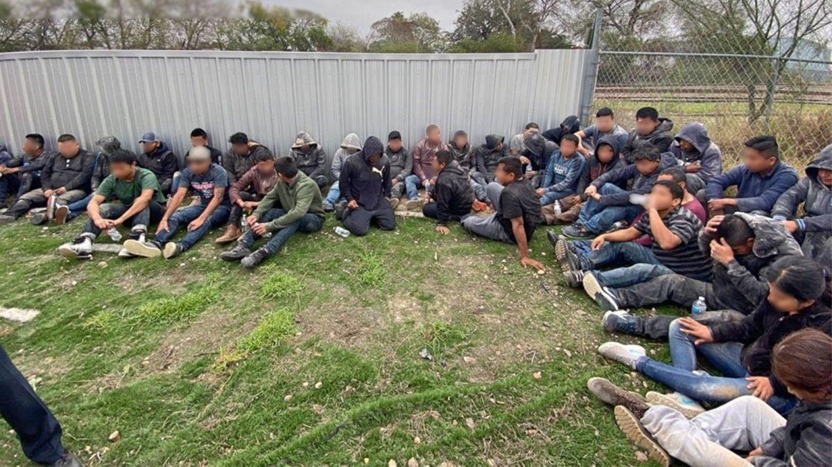 Rescatan a 36 inmigrantes de un peligroso escondite hecho en el remolque de un tráiler