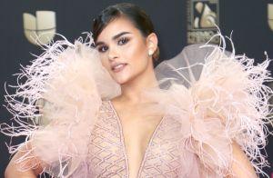 En un vestido con plumas voluminosas, Clarissa Molina hace protesta en Premio Lo Nuestro 2020