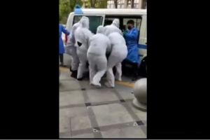 VIDEO: Médicos chinos suben por la fuerza a un enfermo de coronavirus en una ambulancia