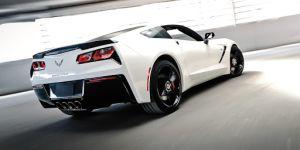 Concesionario deja caer un Corvette C8 del gato hydraulico, el dueño está furioso