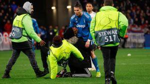 VIDEO: Cristiano Ronaldo empujó a mujer y le negó una foto