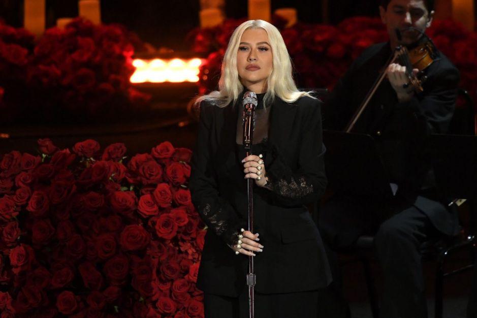 """Cristina Aguilera criticada por lucir """"Irreconocible"""" al cantar en homenaje a Kobe y Gigi Bryant"""