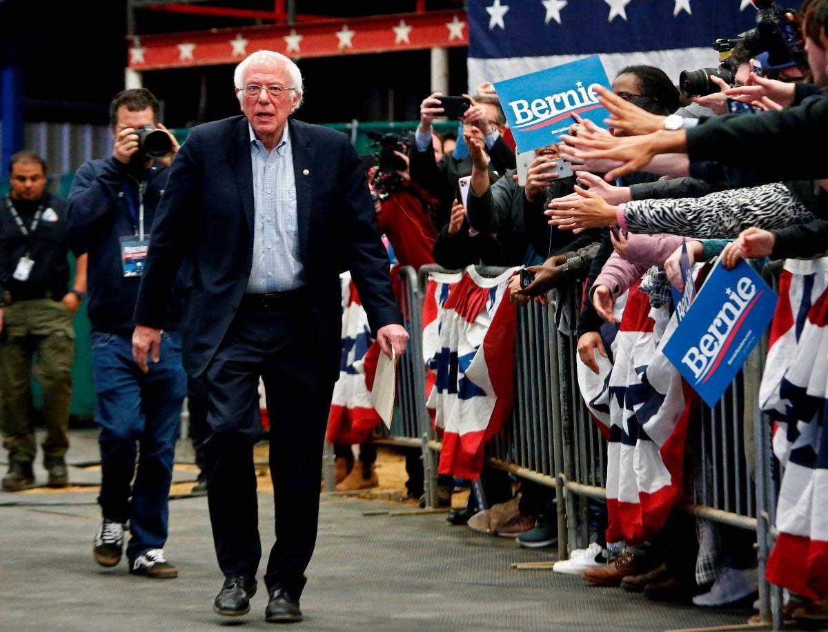 Sanders dice que trataría de lograr una reforma migratoria bipartita.