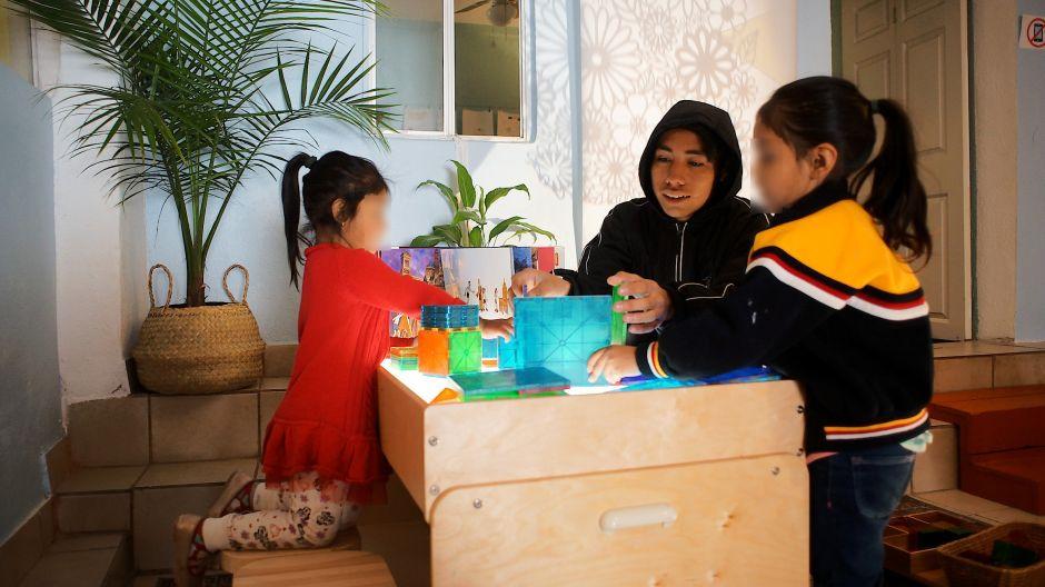 Educadora de LA abre espacio educativo para niños migrantes en Tijuana