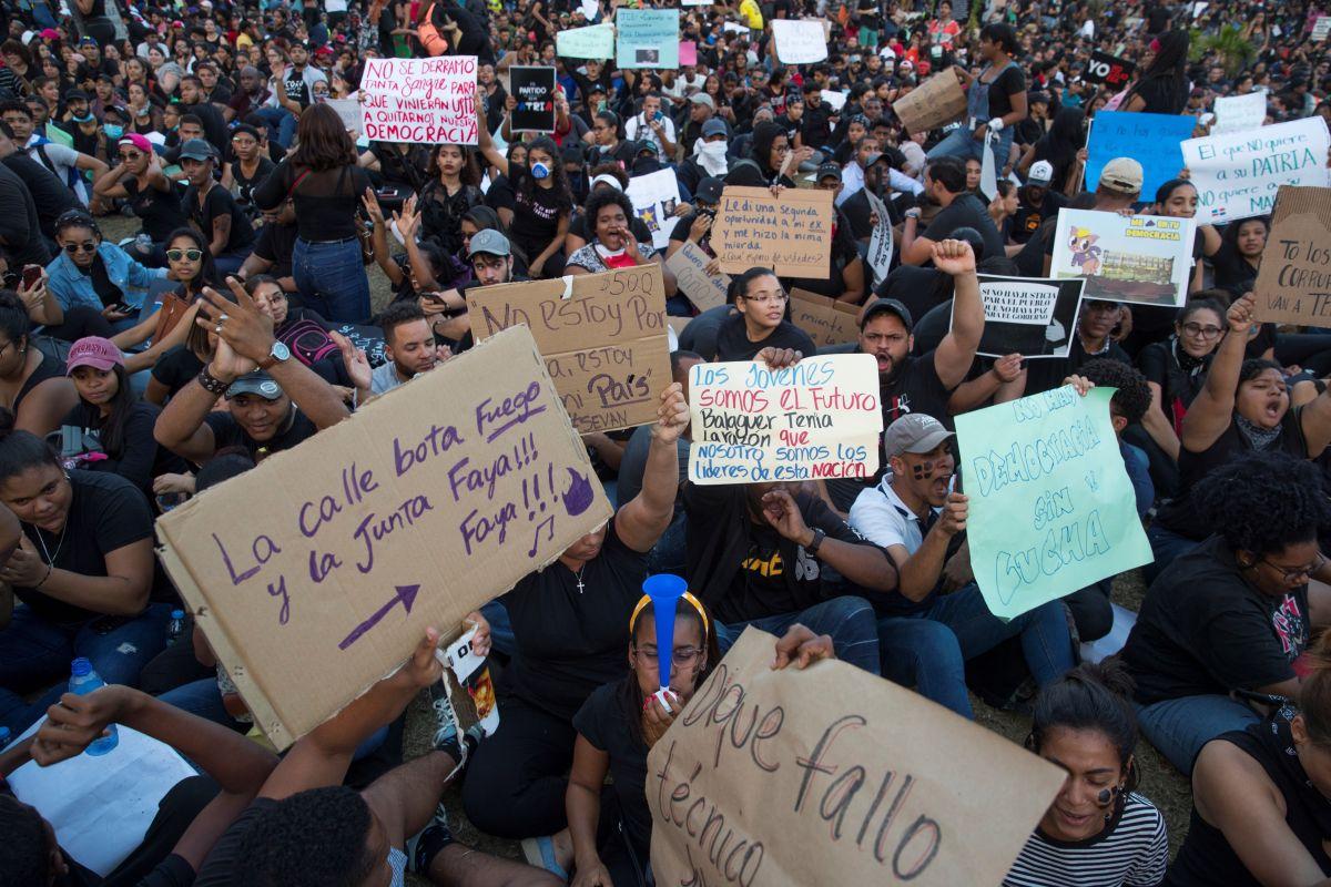 Protestas multitudinarias en R.Dominicana por la suspensión de las elecciones.