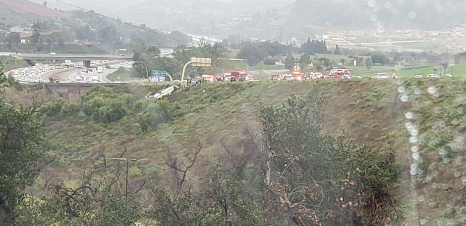Vuelco de autobús causa la muerte de 3 personas y lesiones a 18 en San Diego