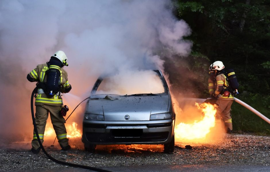 Crean manta que puede apagar un incendio de auto sin usar agua