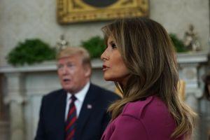 Desatan polémica fotos de las piernas de Melania Trump en la Casa Blanca