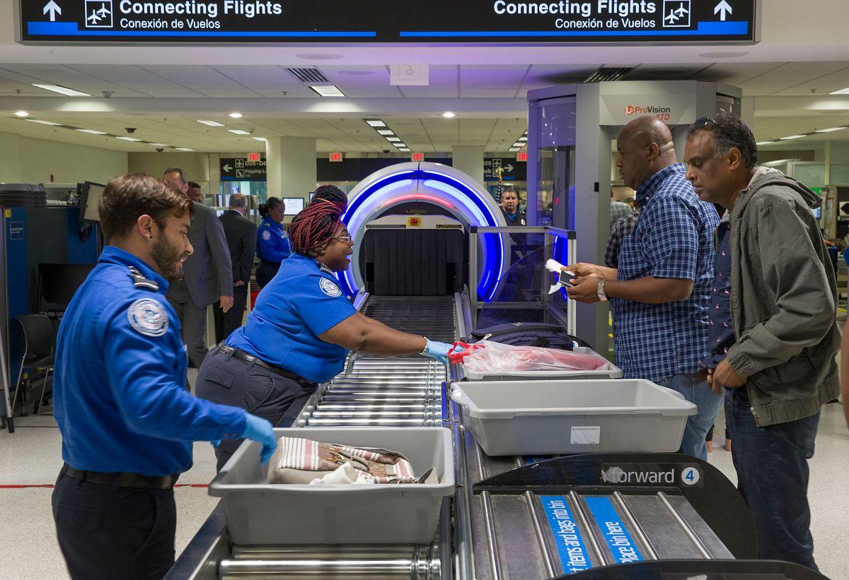 Pasajeros en el control de seguridad del aeropuerto de Miami.