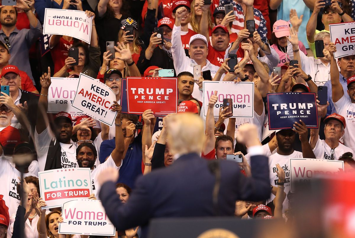 En mítines de Trump destacan carteles sobre latinos.