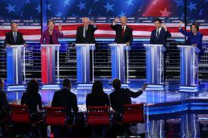 'Dreamers' y niños migrantes en jaulas surgen en debate demócrata, donde Bloomberg fue el objetivo