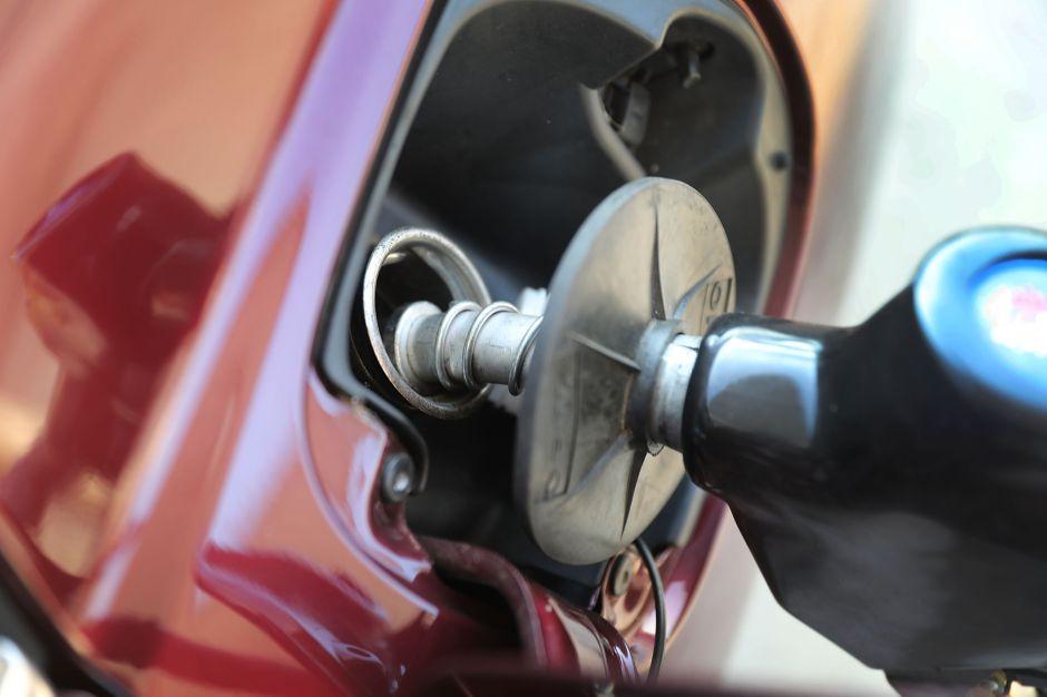 Una mujer pierde $1,200 al poner gasolina en una estación de servicio de Florida